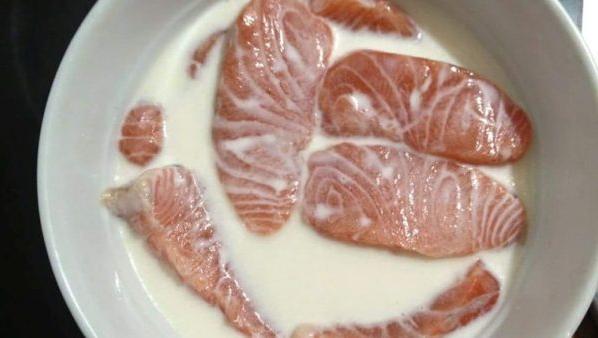 Ngâm cá hồi với sữa tươi để khử mùi hôi tanh